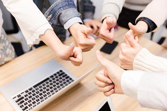 摄图网_500299094_商务团队举大拇指特写(非企业商用).jpg