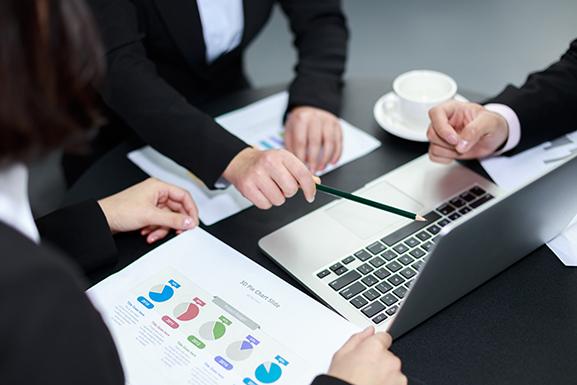 摄图网_500269947_会桌上的手和报表(非企业商用).jpg